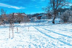 Paisaje del invierno con el sendero de la nieve imagenes de archivo