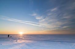 Paisaje del invierno con el sol poniente fotografía de archivo libre de regalías