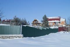 Paisaje del invierno con la cabaña en fondo del azul de la vuelta Fotografía de archivo