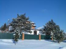 Paisaje del invierno con la cabaña en fondo del azul de la vuelta Fotografía de archivo libre de regalías