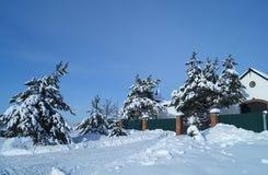 Paisaje del invierno con la cabaña en fondo del azul de la vuelta Foto de archivo