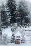 Paisaje del invierno con la casa y los árboles fotos de archivo