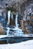 Paisaje del invierno con la cascada de Bigar en el invierno frío Rumania fotografía de archivo
