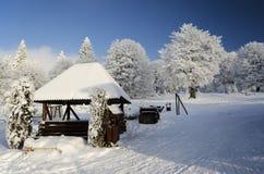 Paisaje del invierno con la estructura de madera Fotografía de archivo