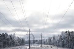 Paisaje del invierno con las electro líneas imagen de archivo libre de regalías
