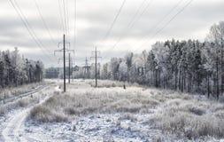 Paisaje del invierno con las electro líneas imagen de archivo