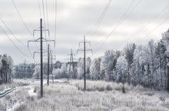 Paisaje del invierno con las electro líneas fotos de archivo