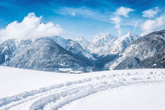 Paisaje del invierno con las montañas nevadas Fotos de archivo