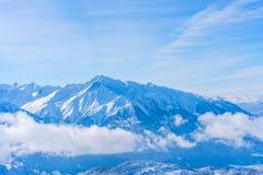 Paisaje del invierno con las montañas nevadas en Seefeld, Austria fotografía de archivo