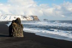 Paisaje del invierno con las pilas de Reynisdrangar, la montaña, la playa negra y las olas oceánicas, Islandia de la arena Fotos de archivo libres de regalías