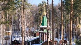 Paisaje del invierno con los árboles nevados contra la perspectiva de una iglesia cristiana después del nevadas Día soleado escar almacen de metraje de vídeo
