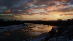 Paisaje del invierno con masas de hielo flotante y nubes de mudanza de hielo en el timelapse 4K de la puesta del sol almacen de video