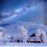 Paisaje del invierno con nieve en las montañas Cárpatos, Ucrania Cielo estrellado Imagen de archivo