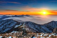 Paisaje del invierno con puesta del sol y de niebla en las montañas de Deogyusan Fotos de archivo libres de regalías