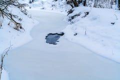 Paisaje del invierno con un deshielo en el río Foto de archivo libre de regalías