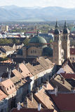 Paisaje del invierno con una ciudad vieja y una iglesia en el primero plano y las montañas en el fondo Fotos de archivo