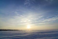 Paisaje del invierno con vistas al sol poniente fotografía de archivo libre de regalías