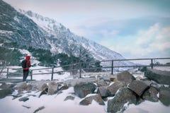 Paisaje del invierno de altas montañas nevosas Foto de archivo libre de regalías
