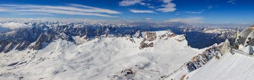 Paisaje del invierno de la montaña de las montañas Foto de archivo libre de regalías