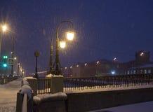 Paisaje del invierno de la noche en ciudad que sorprende fotos de archivo libres de regalías
