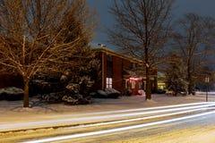 Paisaje del invierno de la noche en el callejón de la ciudad imagen de archivo libre de regalías