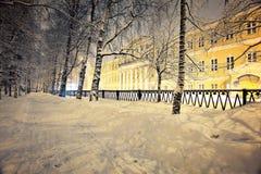 Paisaje del invierno de la noche en la ciudad pequeña Fotografía de archivo