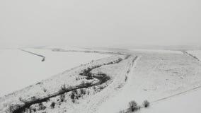 Paisaje del invierno de la opinión de ojo de pájaros Vista aérea de la cama de río y del prado, campo Alise la mosca delantera metrajes