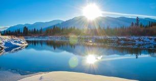 Paisaje del invierno de la reflexión de la llamarada de Sun Foto de archivo