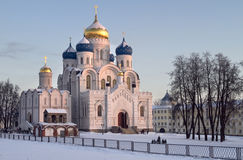 Paisaje del invierno de la tarde con la iglesia. Imagen de archivo libre de regalías