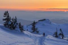 Paisaje del invierno de la tarde de la puesta del sol imagenes de archivo