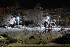 Paisaje del invierno de la tarde en la ciudad rusa en la luz mágica de las lámparas de calle Fotos de archivo libres de regalías