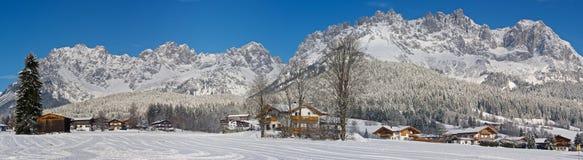 Paisaje del invierno de las montañas foto de archivo libre de regalías
