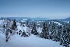 Paisaje del invierno de las montañas de Cárpatos Zona rural Ucrania, Bukovel imágenes de archivo libres de regalías