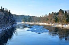Paisaje del invierno de River Valley fotos de archivo libres de regalías