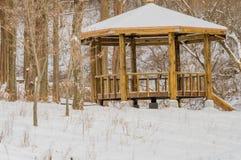 Paisaje del invierno de un gazebo en un parque Foto de archivo libre de regalías