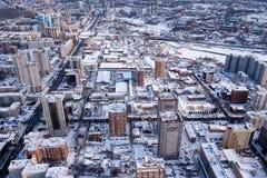 Paisaje del invierno de una vista aérea de la ciudad de Novosibirsk, de las calles con un camino, edificios altos, casas con los  fotografía de archivo