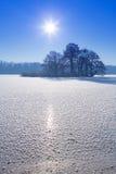 Paisaje del invierno del lago congelado Fotografía de archivo