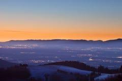 Paisaje del invierno después de la puesta del sol en el bosque negro, Alemania Imágenes de archivo libres de regalías