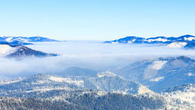 Paisaje del invierno Empañe la mudanza sobre la montaña en invierno con un cielo azul almacen de video