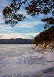 Paisaje del invierno en el lago Imagen de archivo