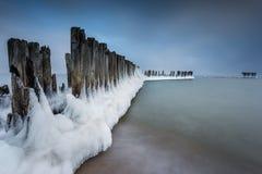 Paisaje del invierno en el mar en Polonia fotos de archivo
