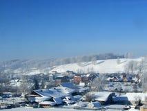 Paisaje del invierno en el pueblo Imágenes de archivo libres de regalías