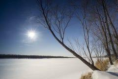 Paisaje del invierno en el río Fotos de archivo libres de regalías