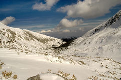 Paisaje del invierno en la montaña de Retezat, Rumania Foto de archivo