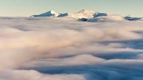 Paisaje del invierno en montañas cárpatas Puesta del sol hermosa sobre las nubes almacen de metraje de vídeo