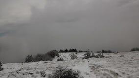 Paisaje del invierno en montañas con las nubes