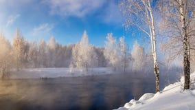 Paisaje del invierno en un río con el bosque en helada, Rusia, Ural Imagenes de archivo