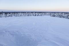 Paisaje del invierno en una puesta del sol imagenes de archivo