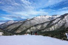 Paisaje del invierno Esquiadores en el centro turístico, Suiza Fotos de archivo libres de regalías