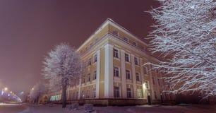 Paisaje del invierno Fachada de la construcción de escuelas vieja Paisaje del invierno noche Fotografía de archivo